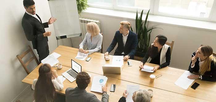 jefe-asignando-tareas-para-gestión-del-trabajo