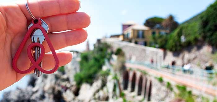 mano-mostrando-llavero-airbnb-ejemplo-economia-colaborativa