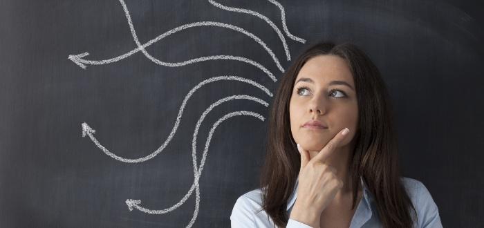 Mujer-contempla-opciones