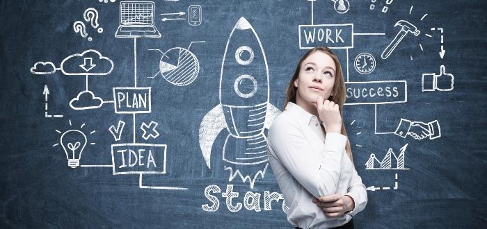 Mujer-evalúa-diferencias-entre-conceptos-sobre-incubadoras-de-negocios
