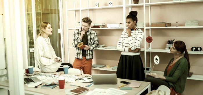 Personas-debatiendo-en-oficina