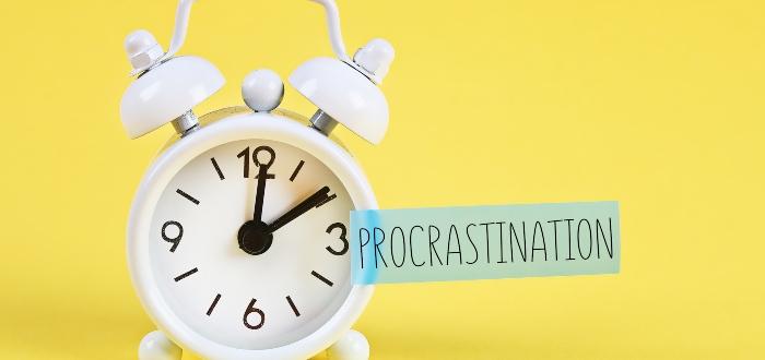 Tipos-de-procrastinación-reloj-blanco-fondo-amarillo
