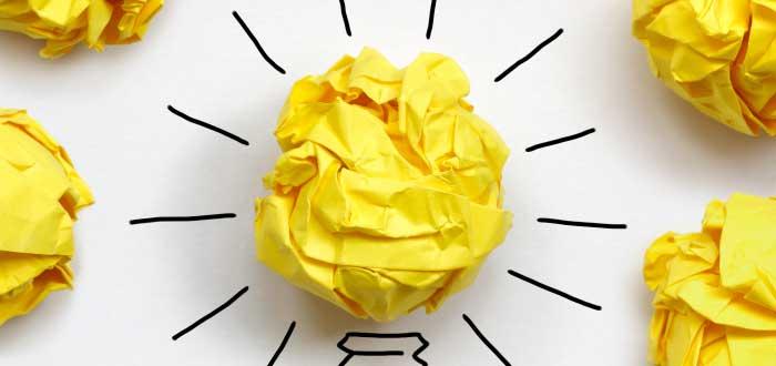 bombillo-de-papel-representando-lluvia-de-ideas