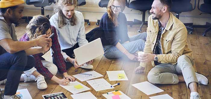 equipo-de-trabajo-reunido-en-el-suelo
