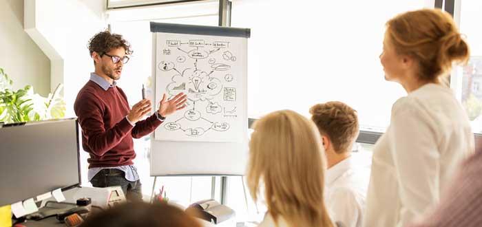 miembro-del-equipo-expone-sus-ideas