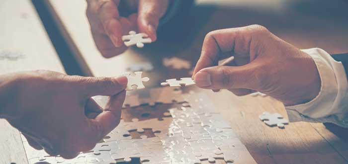 piezas-de-puzzle-y-manos