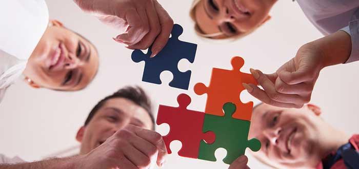 varias-personas-sosteniendo-piezas-de-puzzle