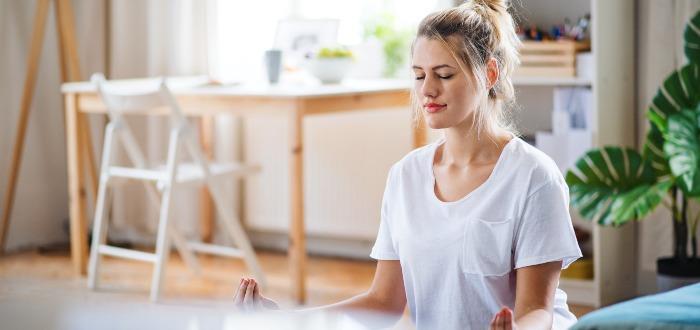 Mujer-medita-rutina-de-mañana