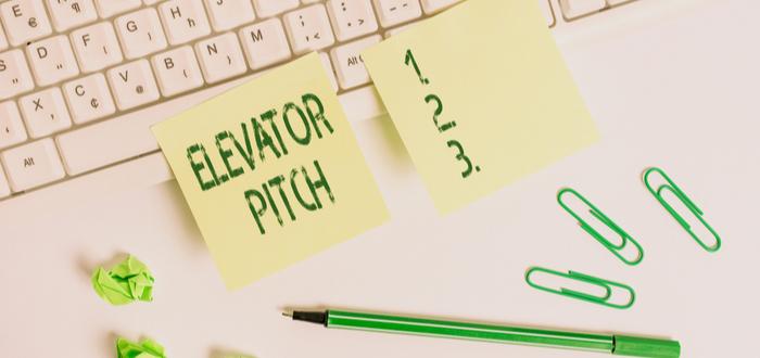 stick notes con la palabra elevator pitch