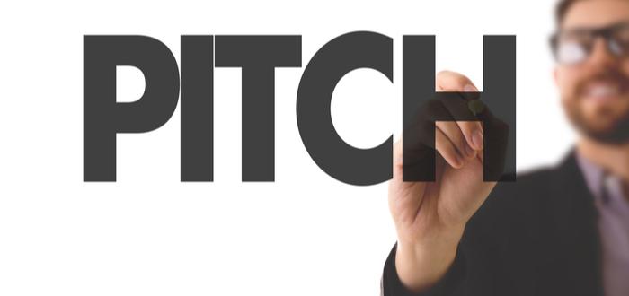 Hombre-escribe-palabra-pitch