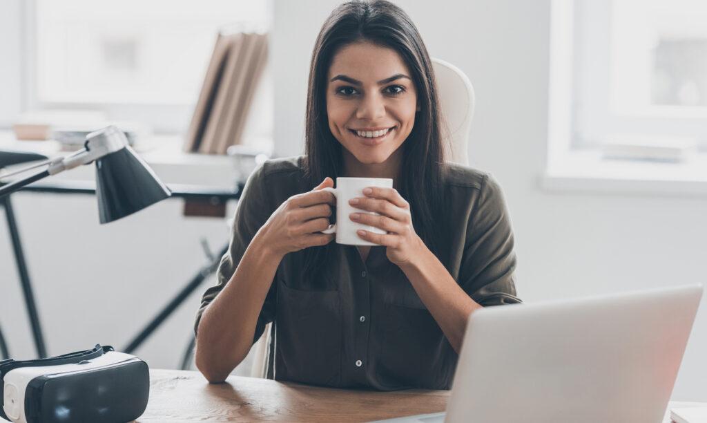 Mujer-trabaja-desde-casa-oficinas-virtuales