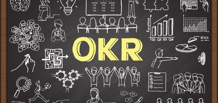 Pizarra-con-siglas-OKR-y-dibujos