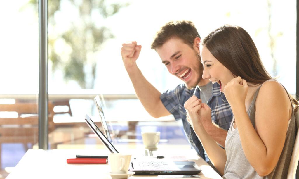 jóvenes-felices-de-saber-cómo-ser-un-emprendedor-exitoso