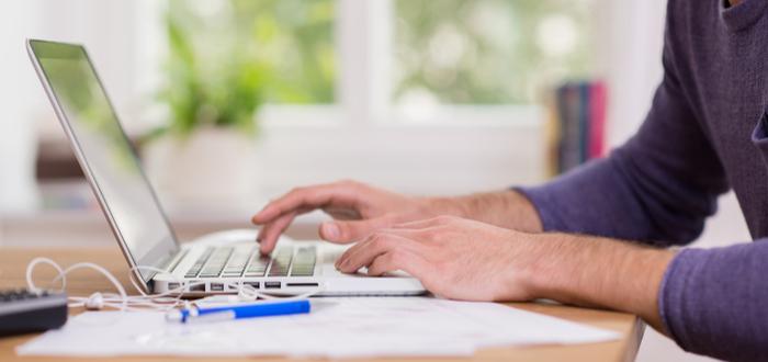 Hombre-productivo-trabaja-desde-casa