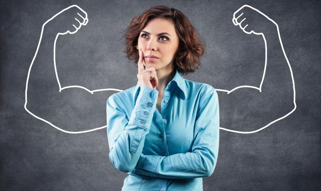 Mujer-analiza-sus-fortalezas-con-FODA-personal