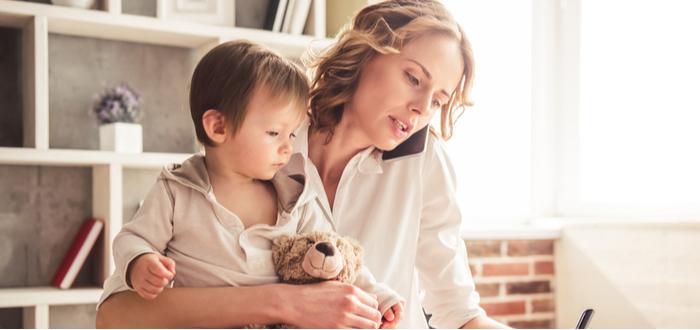Mujer-trabaja-desde-casa-con-su-hijo