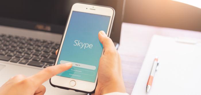 hombre-revisa-Skype-en-teléfono