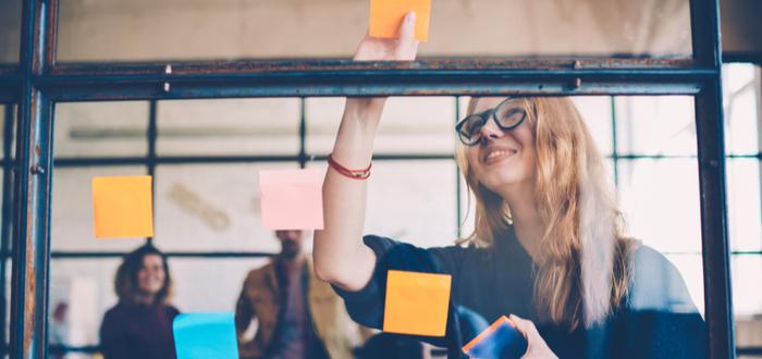 Mujer-usa-técnicas-para-mejorar-productividad-laboral