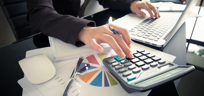 Trabajadora-haciendo-cálculos