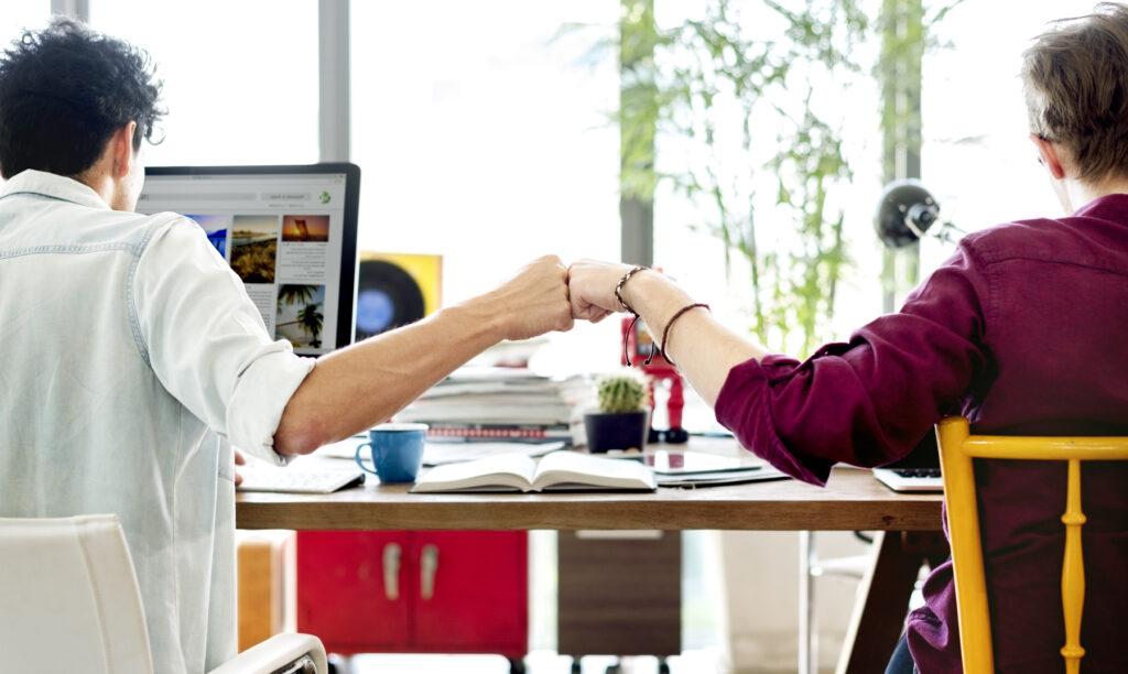 compañeros-hacen-dinámicas-de-trabajo-en-equipo