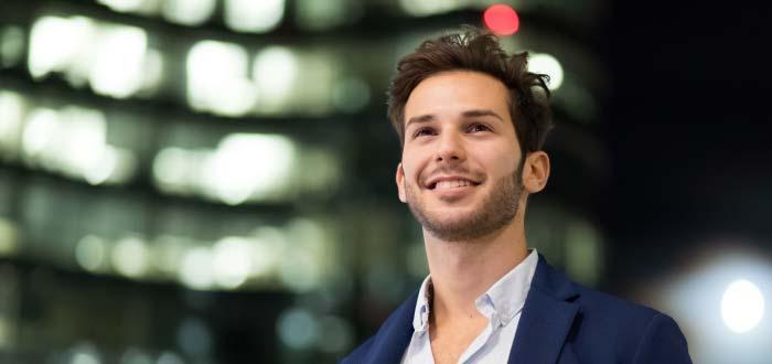 tipos de emprendedores - joven sonriendo al futuro