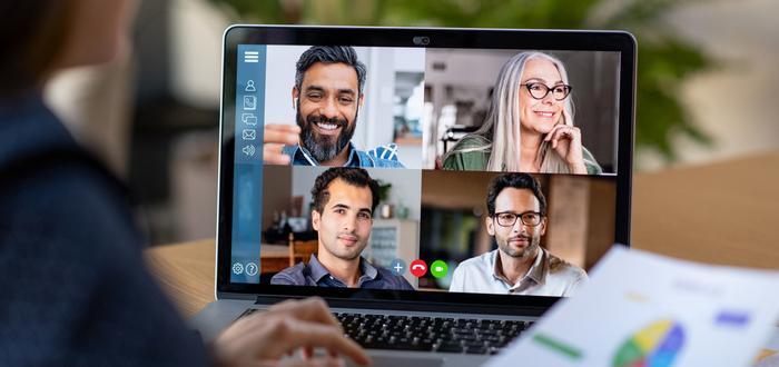 redes-de-contacto-conversando-por-videollamada