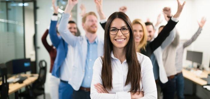 Emprendedora liderando un equipo | Características de un emprendedor