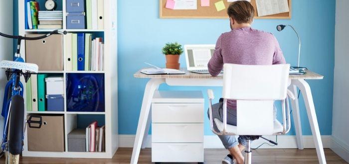 Joven trabajando en casa | Smart working