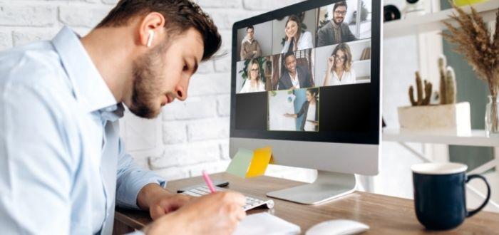 Joven haciendo networking | Networking online
