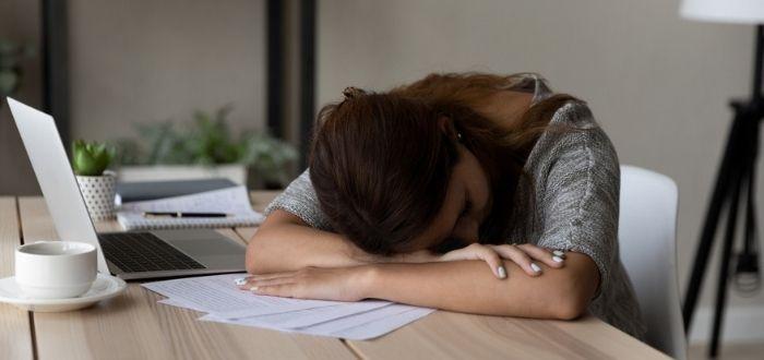 Mujer con síntomas del síndrome del burnout