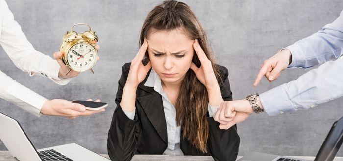 Mujer con estrés laboral | Síndrome del burnout