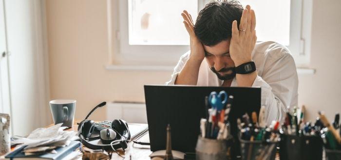 Trabajador con agotamiento físico y mental