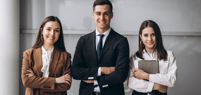 Coworkers siguiendo a su líder   Frases de liderazgo