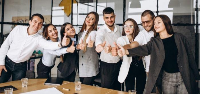 Trabajadores unidos y trabajando en equipo   Frases de liderazgo