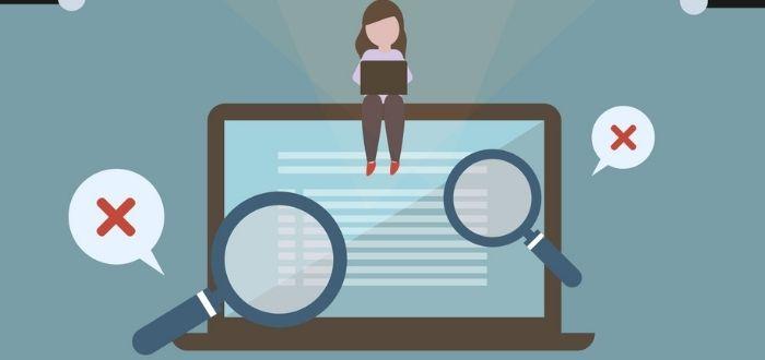 Micromanager analizando desempeño de empleados