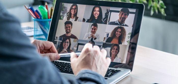 Coworkers en reunión virtual