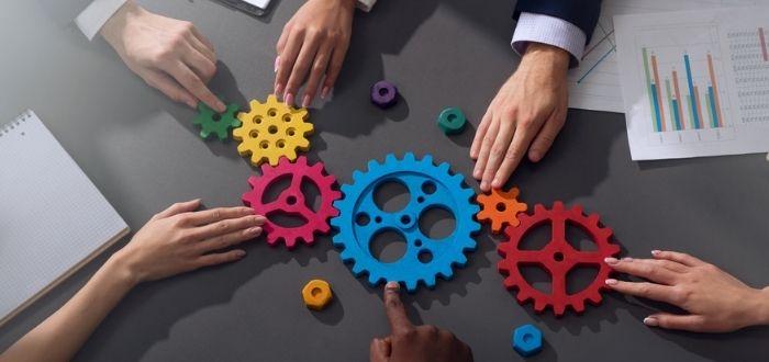 Roles en un equipo de trabajo como piezas de engranaje