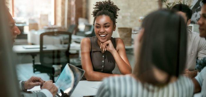 Grupo de trabajo en reunión | Equipos autodirigidos