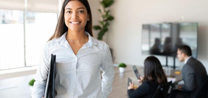 Trabajadora con habilidades laborales en empresa
