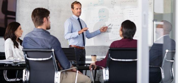 Líder en toma de palabra en equipo