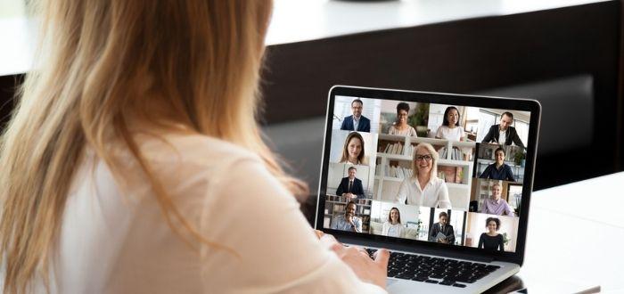 Empleada en app para hacer videoconferencias