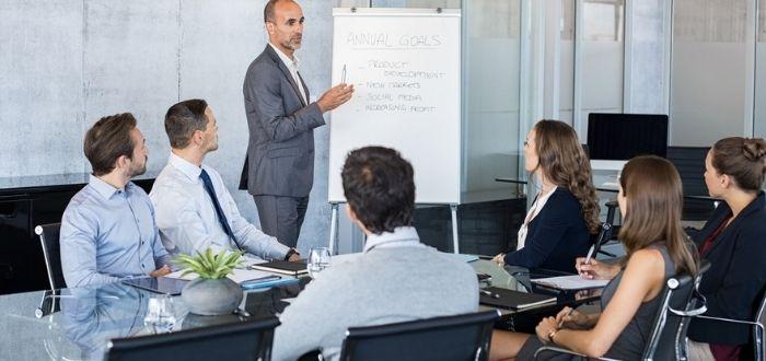 Líder participando en conversación con equipo