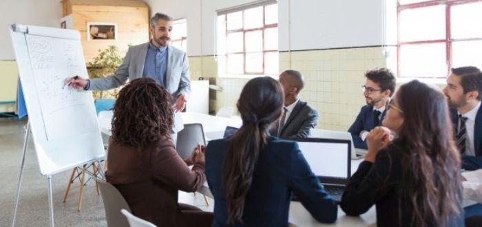 Líder escuchando a su equipo de trabajo