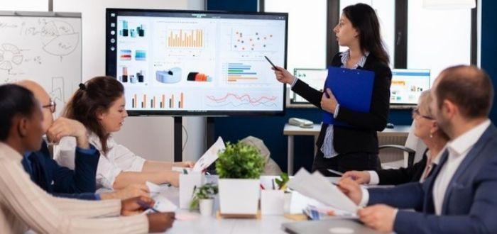 Equipo en reunión   Características de un líder