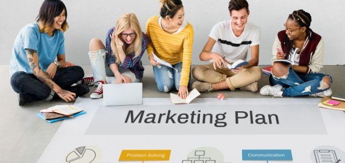 Miembros de un equipo haciendo un marketing plan