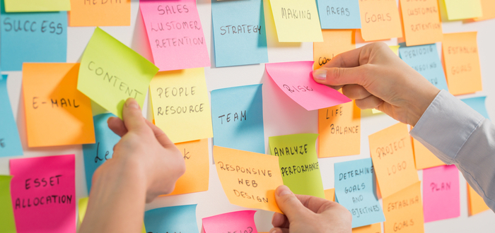 equipo-haciendo-brainwriting-con-post-its